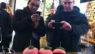 El tutorial de @twittBoy para comer piruletas y brochetas.